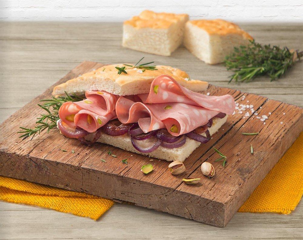 Focaccia con mortadella al pistacchio e cipolla rossa di Tropea